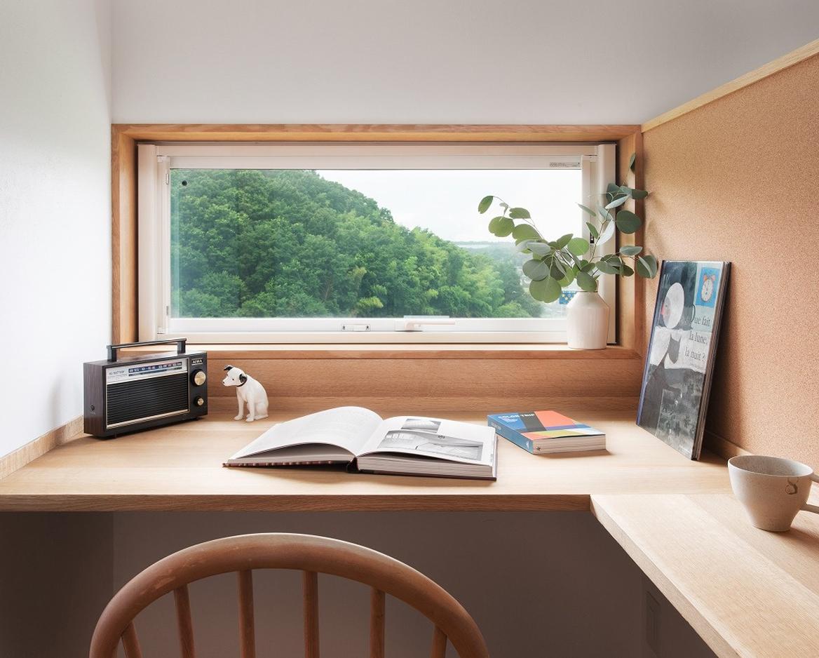 借景を楽しむ木のデスクを設置した書斎