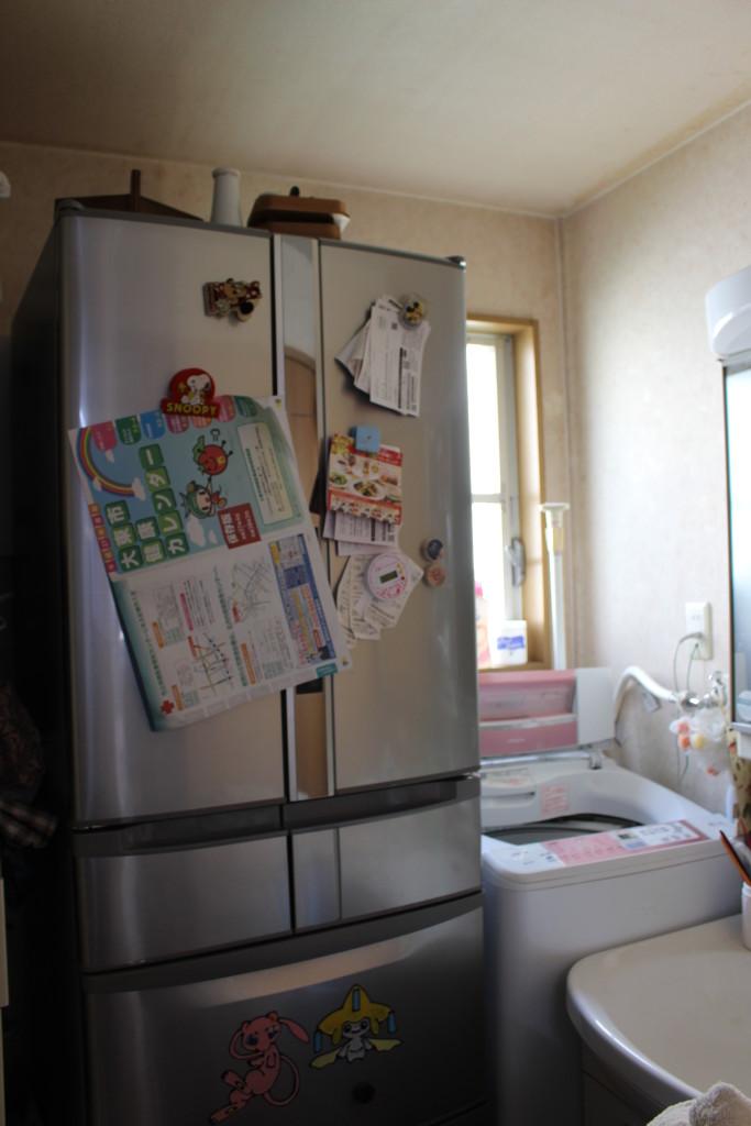 洗濯機の横に冷蔵庫を移動。住みながらリフォームでは、冷蔵庫が使えることは大きなポイント