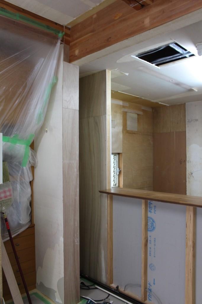 もう1つの耐力壁とキッチンの壁の間にできた隙間は、収納として利用する予定