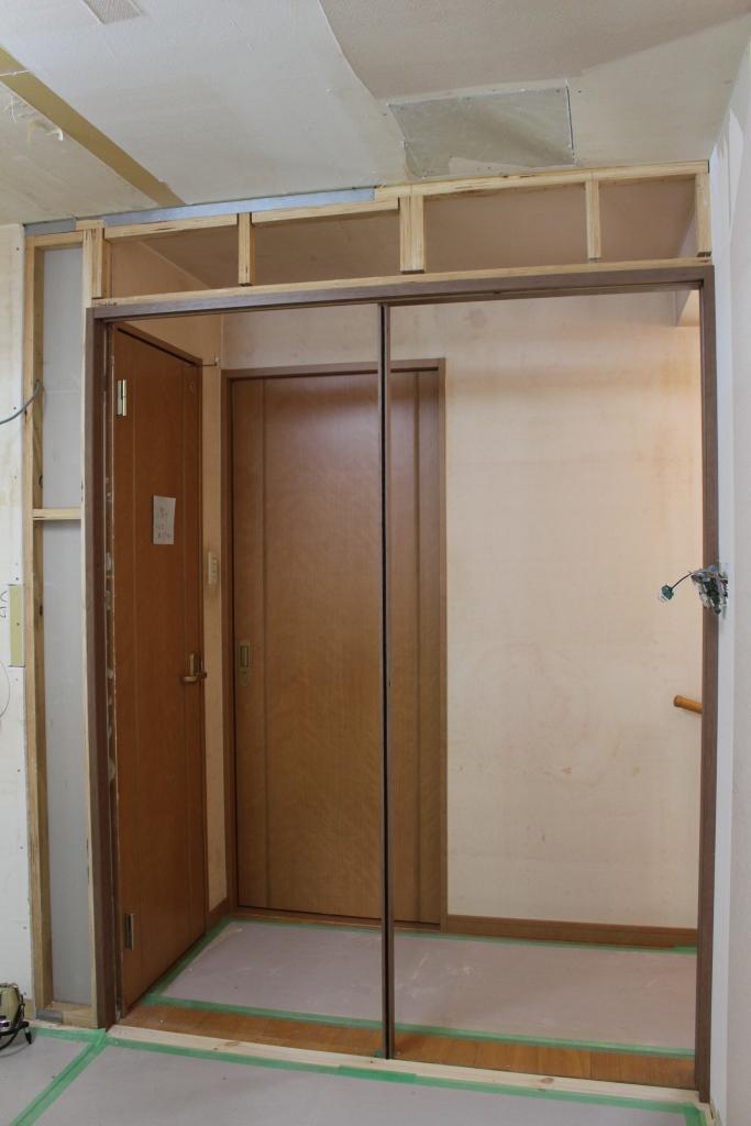 既存の水廻り(トイレと洗面室)とキッチンの間に新しく引戸を取り付けた