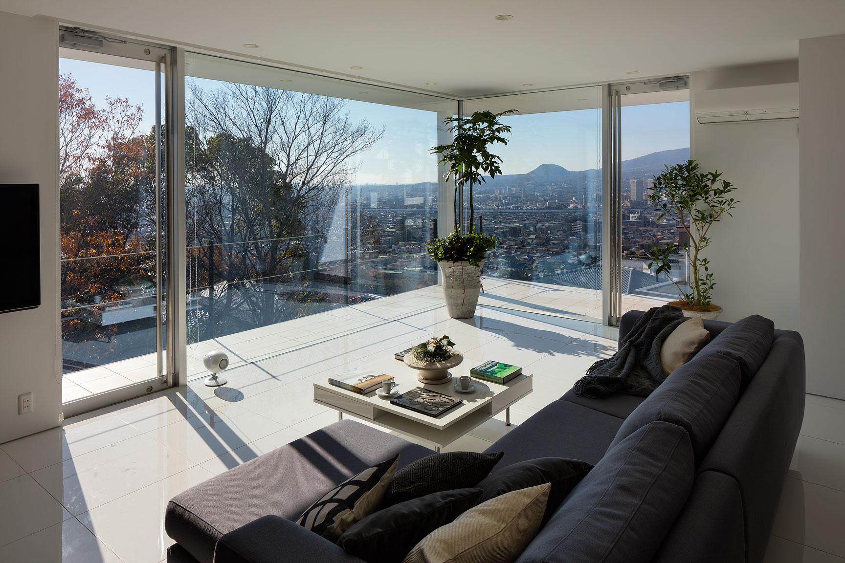 窓からの眺めの良い白を基調としたリビング