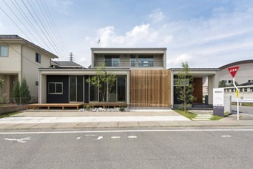 庇のあるモダンな印象を持つ平屋風の二階建て住宅