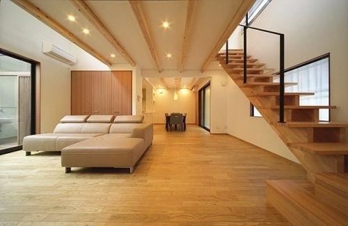 オープンな木製のスケルトン階段のあるリビングダイニング