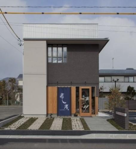 住空間と店舗空間を合わせ持つ3階建ての併用住宅