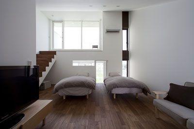 室内にたっぷり陽光が降り注ぐスキップフロアにある寝室