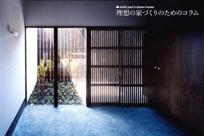 光の差し込む格子の引き戸が美しい土間玄関