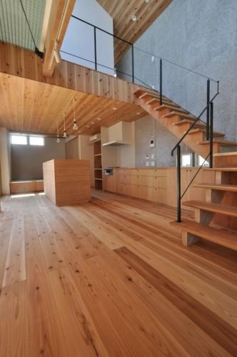 木目の質感が統一されたリビングの折れ階段