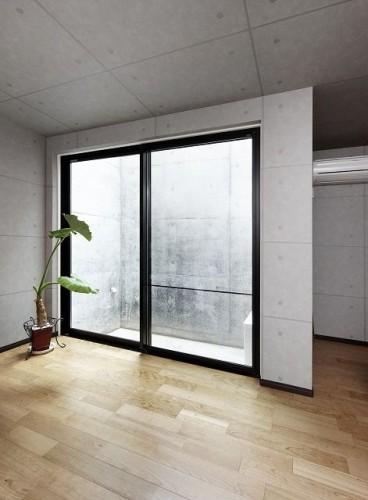打ちっぱなしのコンクリートの壁面を持つ地下室