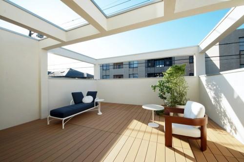 日当たりの良い屋上のウッドデッキ