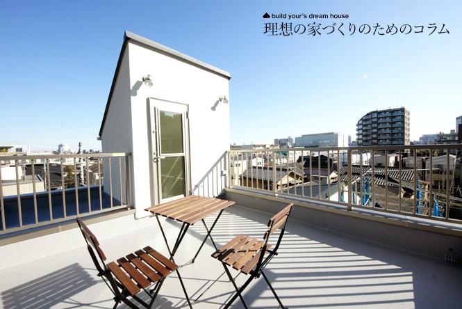 屋上にある木製のテーブルとチェアのセット