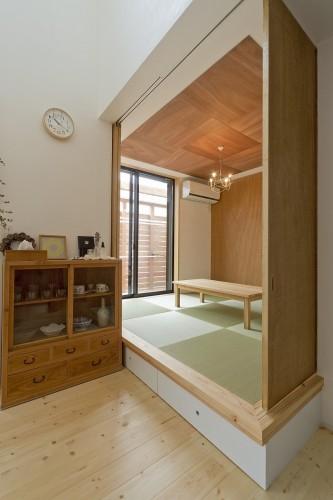 畳の目地方向に合わせ、天井もデザインされた和室