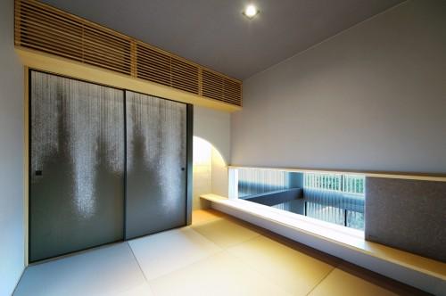 モダンなデザインの中庭をのぞむ和室