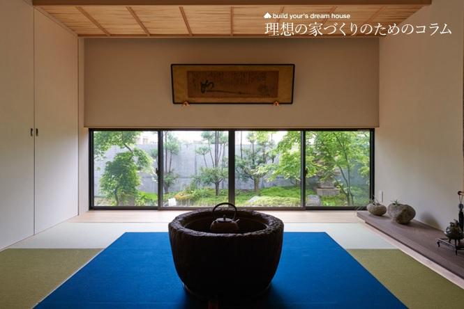 雪見障子から庭を眺める和室