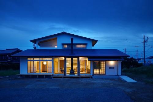 夕暮れに映える明かりの灯った戸建て住宅