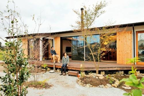 平屋の庭のウッドデッキ