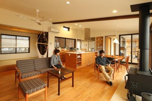 アンティーク家具とストーブのある大空間のLDK