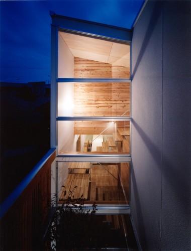 ガラス張りの開放感のあるロフトと木目を活かした内装