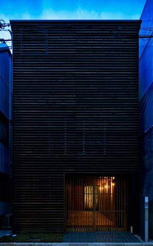 格子の使われた外壁のシンプルな狭小住宅