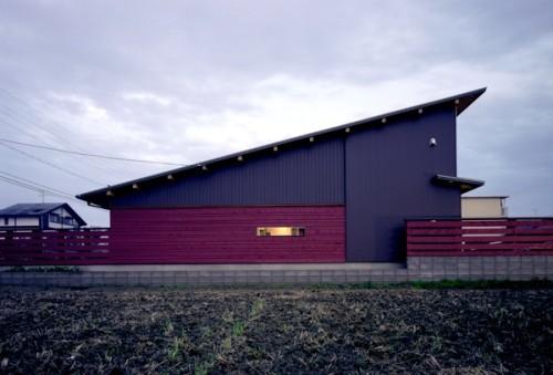 黒とレッドシダーを組み合わせた片流れ屋根の平屋