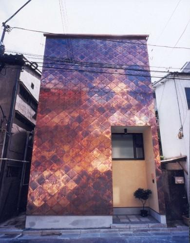 銅板を一文字葺きし、燻しの表情を出した外観の狭小住宅