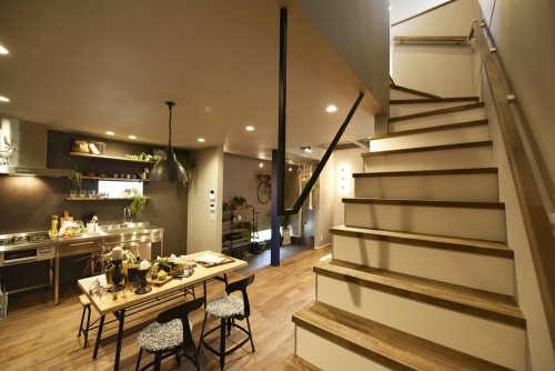 階段を降りてすぐにキッチンとテーブルのあるダイニング