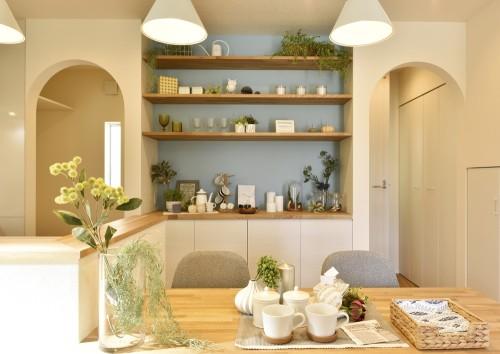 かわいい飾り棚のある優しい雰囲気のダイニング