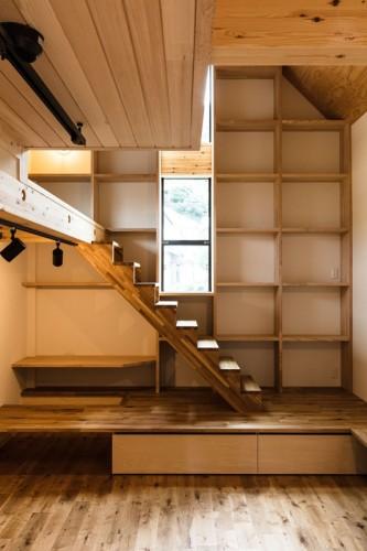 遊びを取り入れた壁面収納とロフト階段