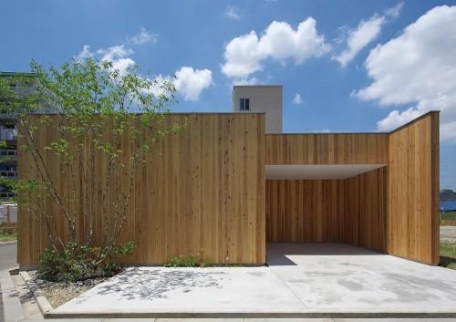 板張りの外壁が青空に映える平屋住宅