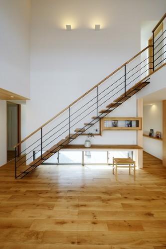 リビング階段と一体となった造作のTVボード、ナラの床材との相性も抜群