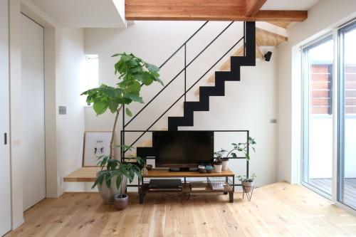 リビングはイナズマ階段が主張する空間