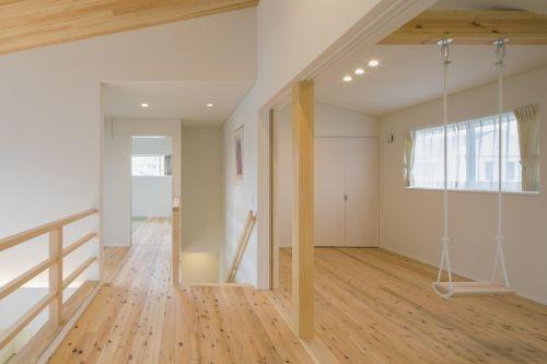 木目の美しいブランコのある子供部屋