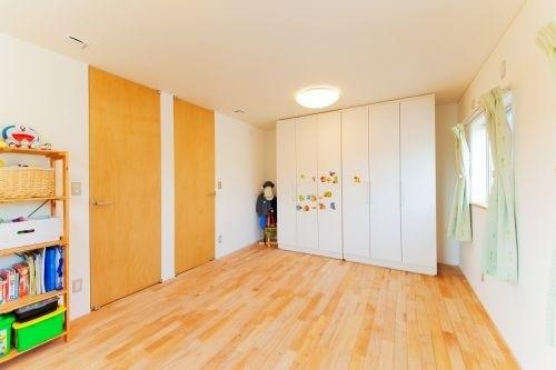 成長に合わせて仕切れる可動式のクローゼットのある子供部屋