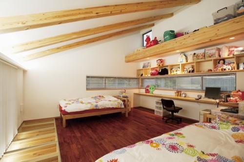 採光床で1階のリビングと視覚的に繋がる子供部屋