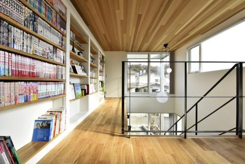 子供部屋の前に設けられた共用の本棚スペース