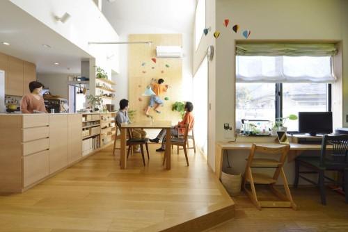 ボルダリングウォールや飾り棚によって活き活きとした空間