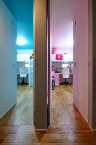 ピンクと水色でコーディネイトした子供部屋