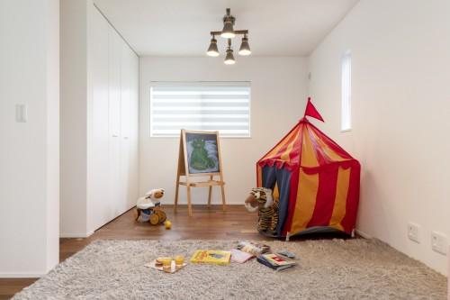 しっかりと収納を設けたシンプルな子供部屋