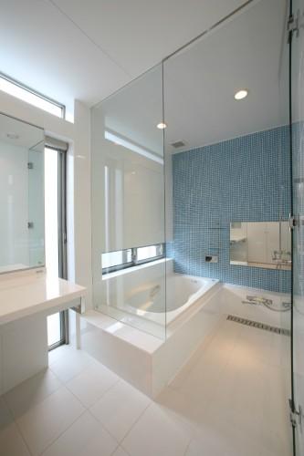 真っ白なバスルームは清潔感があります