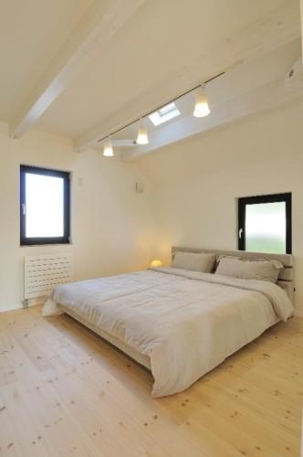 ベッドの配置は壁から離すのがベスト