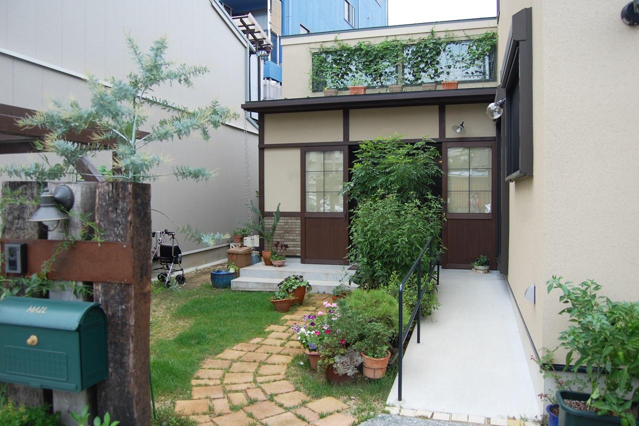 芝生と石畳と緑のある庭