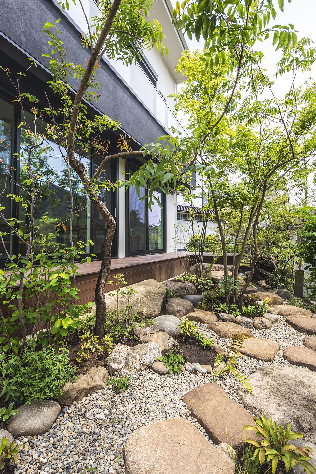 石畳の和風の植栽のある庭