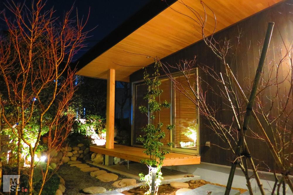 間接照明のウッドデッキのある庭