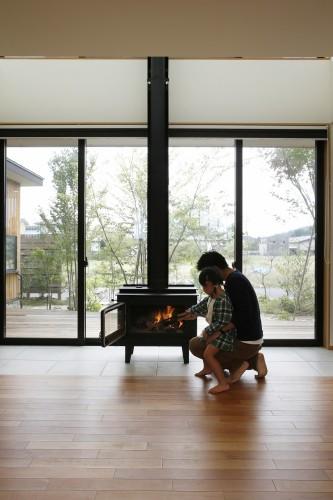 暖炉があることで、家族が自然と集まります