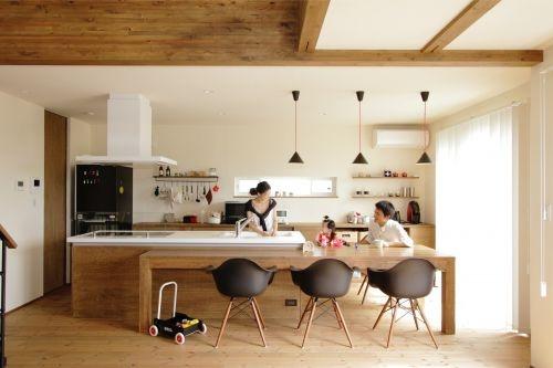 ダイニングテーブルと直線状で結ばれているカウンターキッチン