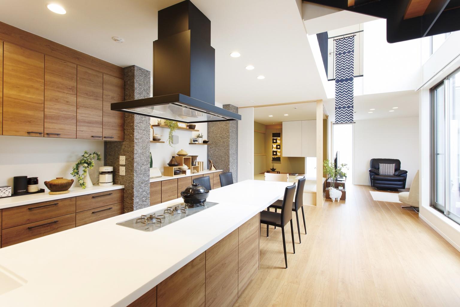 【二世帯住宅のコツ2】複数人で使える、動線に余裕のある大きめキッチンを