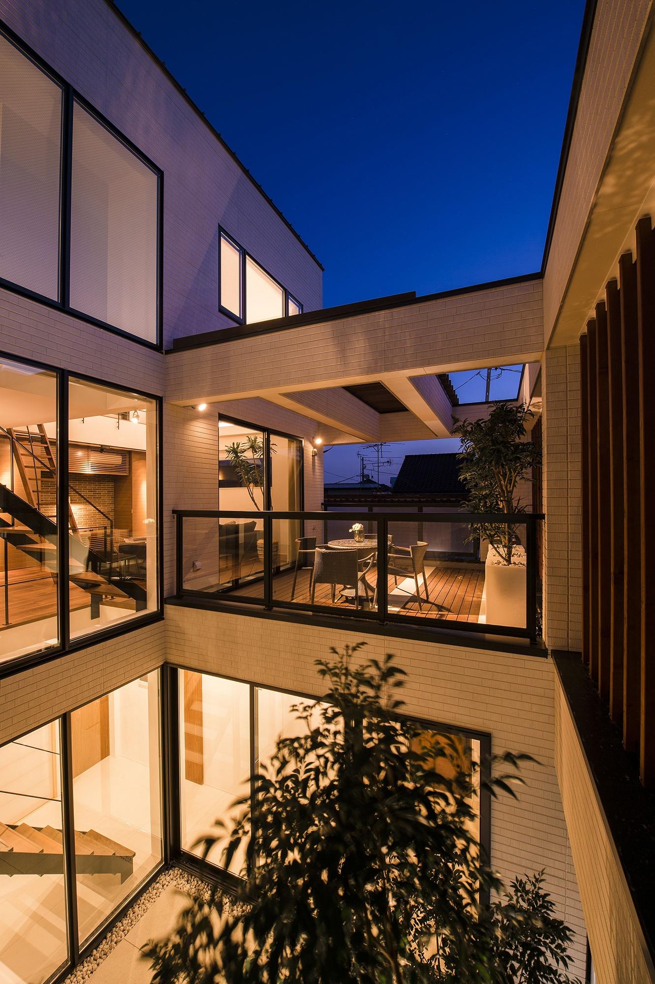 【パティオのデザイン4】上階のパティオは、風が吹き抜ける快適空間
