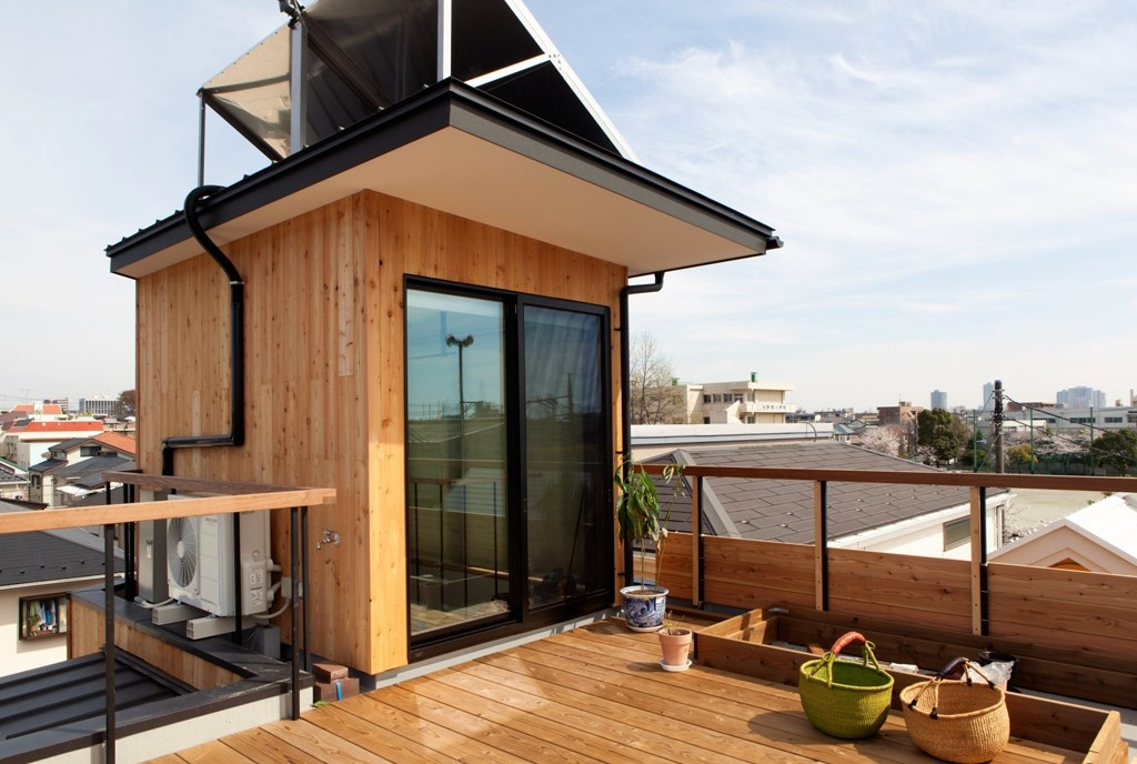 集熱パネルを使って自宅で発電しながら、さらに屋上緑化で省エネ効果