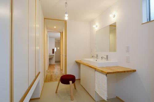 木製の棚の収納のあるおしゃれな洗面所