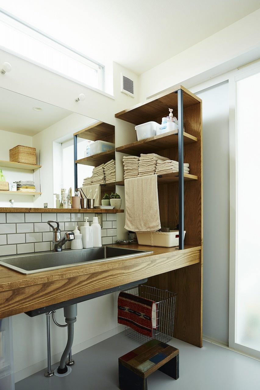 洗面台横に収納のあるおしゃれな洗面所