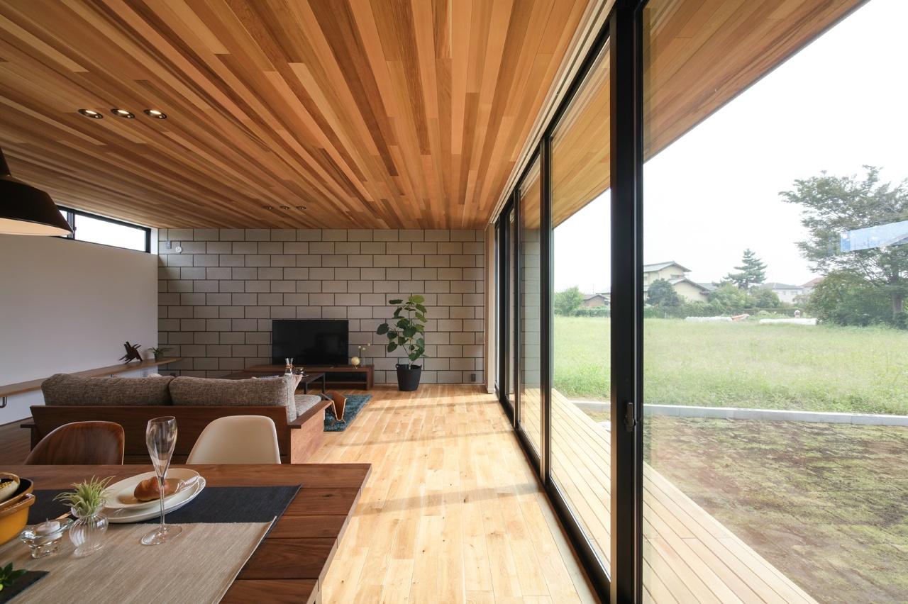 木製の天井とウッドデッキの家